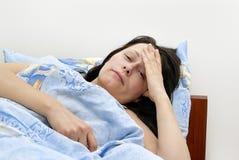 Das kranke Mädchen, das im Bett liegt Lizenzfreie Stockbilder