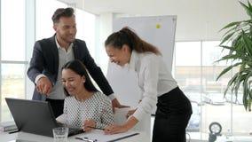 Das kreative Team, das an arbeitet, schließen vom Vertrag in den Büroräumen, glückliche Teilhaber im modernen Sitzungssaal,