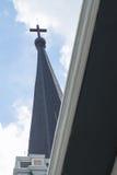 Das Kreuz auf dem Kirchendach Stockfoto