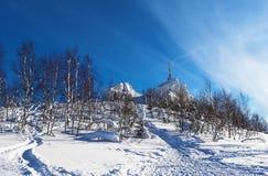 Das Kreuz auf die Oberseite des Berges lizenzfreies stockfoto