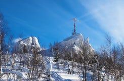 Das Kreuz auf die Oberseite des Berges stockbild