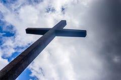 Das Kreuz mit Wolken im Hintergrund stockfotografie