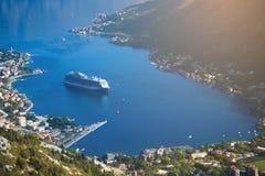 Das Kreuzfahrtschiff kommt die Bucht Lizenzfreies Stockfoto