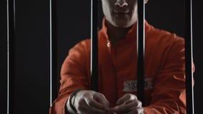 Das kriminelle Versuchen zur Flucht aus dem Gefängnis, entriegelnd fesselt mit gestohlenem Schlüssel mit Handschellen stock video