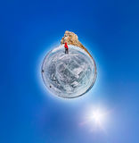 Das kugelförmige polare Panorama von 360 Menschen am Felsen auf dem IC Stockfotografie