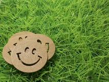 Das Lächeln auf dem Rasen, Hintergrund des Social Networking im reali Stockbild