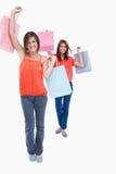 Das Lächeln der Jugendlichen, die Kauf anhalten, bauscht sich in der Luft Stockfotografie