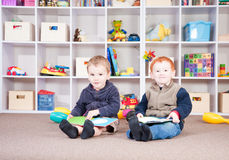 Das Lächeln der Kinder, die Kinder lesen, meldet im Spielraum an Stockfoto