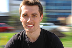 Das Lächeln des jungen Mannes. Bewegung lizenzfreies stockbild