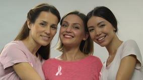 Das Lächeln von Frauen gegen Brustkrebs, fristgerechte Diagnose gibt Möglichkeit für Wiederaufnahme stock video footage