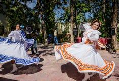 Das Lächeln von Frauen, wirbelndes Band umsäumt Fliegen - Puerto Vallarta, Stockfotografie