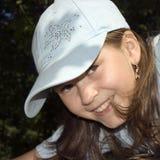 Das lächelnde Mädchen in einer Schutzkappe Lizenzfreies Stockfoto