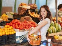 Das lächelnde Mädchen im Markt Stockbilder