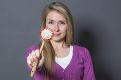 Das lächelnde Mädchen 20s, das weg ihr Waschen gibt, richtet Zusatz an Stockfotos