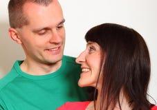 Das lächelnde Paar, das jede andere untersucht, mustert Lizenzfreie Stockfotos