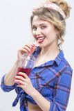 Das lächelnde sexy kaukasische blonde Mädchen, das im Latex aufwirft, keucht Stockfotos