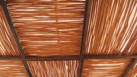 Das ländliche Hausdach, das von cogon Gras hergestellt wird, decken Dachhintergrund-, Korbwaren-, Strohmusterdachhintergrund und  lizenzfreie stockbilder