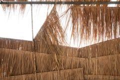 Das ländliche Hausdach, das von cogon Gras hergestellt wird, decken Dachhintergrund mit Stroh stockfoto