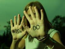 Das Läufer-Motivzitat, das auf Hände, Don-` t Wunsch, TUN geschrieben wird! Lizenzfreie Stockfotografie