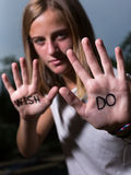 Das Läufer-Motivzitat, das auf Hände, Don-` t Wunsch, TUN geschrieben wird! Stockfotografie
