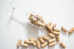 Das Lügenweinglas mit Korken auf weißem Hintergrund stockfotos
