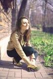 Das Lachen der Frauen sitzt im Park Stockfoto