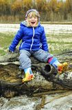 Das lachende kleine Mädchen Lizenzfreies Stockfoto