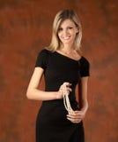 Das lachende Mädchen mit Perlen Lizenzfreie Stockfotos