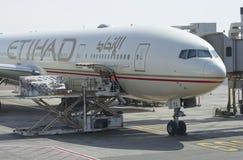 Das Laden der Firma Etihad Flugzeuge Airbusses A320-200 Flughafen Abu Dhabi, UAE Lizenzfreie Stockfotografie
