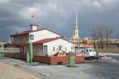 Das Landungsstadium der Rettungsstation des Ministeriums von Notn- von Russland gegen den Hintergrund St Petersburg Stockbilder