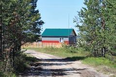Das landwirtschaftliche Haus an der Straße Stockfotos