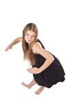 Das langhaarige Mädchen, das wie als Puppe steht Lizenzfreie Stockbilder
