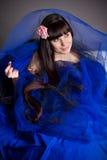 Das langhaarige Mädchen in dunkelblauem Lizenzfreie Stockfotografie