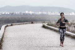 Das Laufen ist eine Methode der terrestrischen Bewegung, Menschen und andere Tiere sich schnell zu Fuß bewegen lassend Stockbild