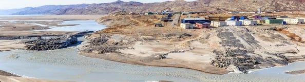 Das Leben blockiert Stellung in der Tundra auf dem Hügel über schlammigem geschmolzen Lizenzfreies Stockfoto