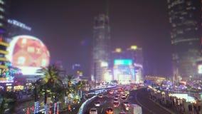 Das Leben des Großstadtglanzes mit Werbeschildern: Autos und Leute bewegen sich entlang die Straßen Begrifflich stock video footage