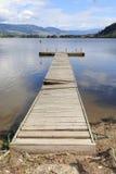 Das Leben an einem Erholungsort bedeutet das Errichten eines Docks auf einem Strand Stockfoto