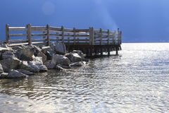 Das Leben an einem Erholungsort bedeutet das Errichten eines Docks auf einem Strand Lizenzfreies Stockfoto