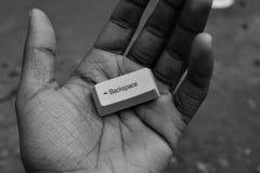 Das Leben hat keine Rücktastehand, die einen Rücktastencomputerschlüssel hält Lizenzfreie Stockfotografie