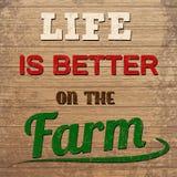Das Leben ist auf dem Bauernhofdesign auf hölzernem Hintergrund besser Stockbilder