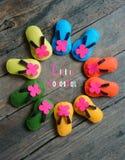 Das Leben ist buntes, schönes Leben, die handgemachten Sandalen Stockfoto
