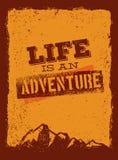 Das Leben ist ein Abenteuer Bergwandern-Motivations-Zitat im Freien Vektor-Konzept auf Schmutz Rusty Background Stockfoto
