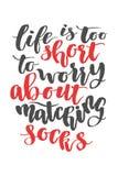 Das Leben ist zu kurz, sich um zusammenpassende Socken zu sorgen Gezeichnetes Kalligraphiezitat der Bürste Hand Lizenzfreie Stockfotos