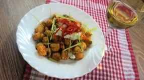 das Lebensmittel, das zum Mittagessen, Süßkartoffeljamswurzeln bereit ist, backte im Ofen mit den Gewürzen und die Kräuter und de lizenzfreies stockbild