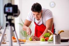 Das Lebensmittelnahrung Blogger-Aufnahmevideo für Blog Lizenzfreie Stockbilder