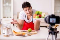 Das Lebensmittelnahrung Blogger-Aufnahmevideo für Blog Lizenzfreies Stockbild