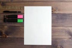 Das leere Blatt, mit dem schwarzen Griff, einer Flash-Karte und zwei Markierungen Lizenzfreie Stockfotos