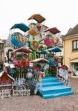 Das leere fröhliche Weihnachtskarussell gehen Runde am Weihnachtsmarkt Lizenzfreie Stockfotografie