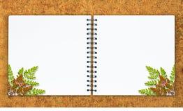 Das leere Notizbuch ist auf weißem Hintergrund Stockbild