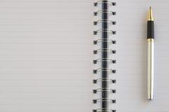 Das leere Notizbuch und ein silberner Stift Lizenzfreie Stockbilder